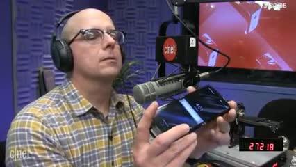 Video: así probaron la resistencia del celular plegable Motorola Razr