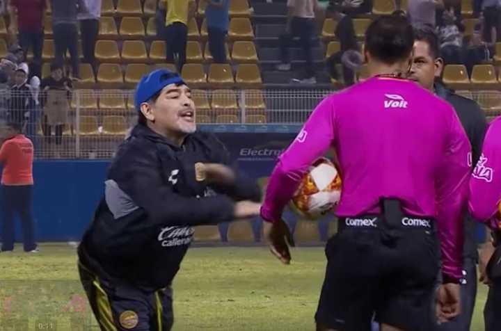 Diego Maradona loco con el árbitro: está en la mira y podían sancionarlo