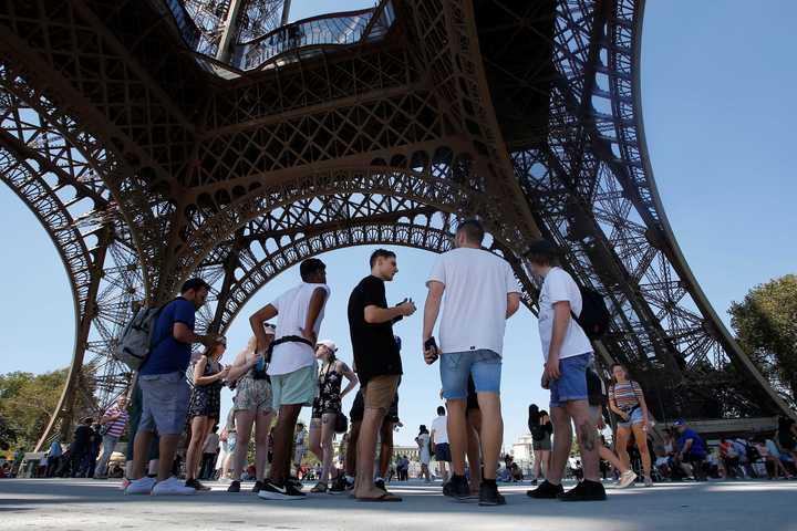 Frustración en París: Turistas decepcionados porque la Torre Eiffel está cerrada y no pueden subir