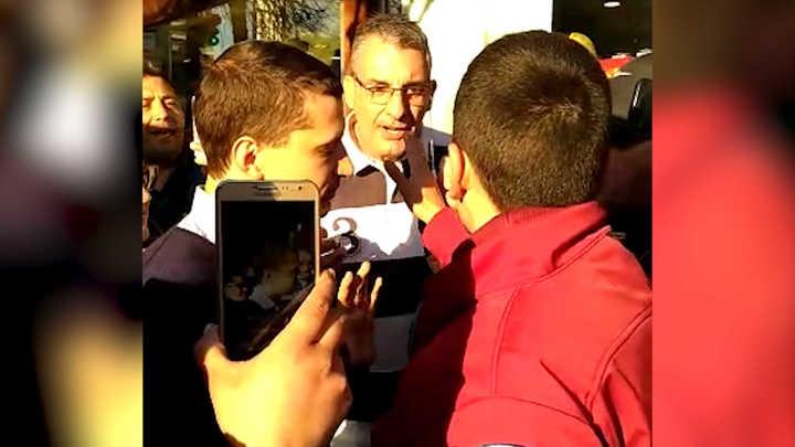 Denuncian que fueron atacados por veinte taxistas mientras juntaban firmas para regular UBER