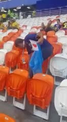 Un video muestra cómo los hinchas japoneses limpian los residuos en el estadio.