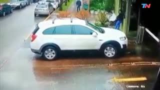 Motochorros asaltan al conductor de una camioneta en un barrio privado de Martínez