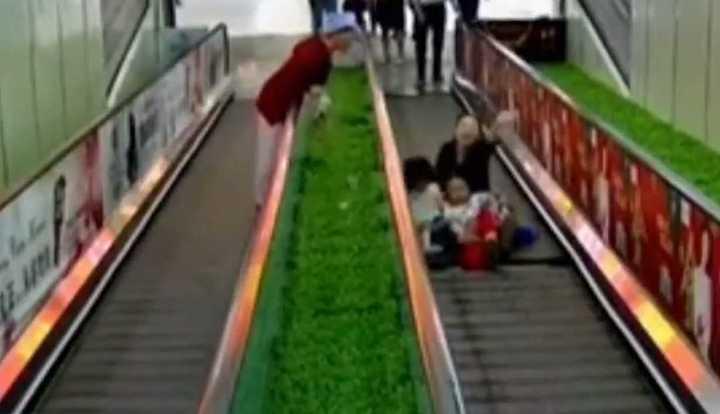 Desesperante rescate de dos nenas en una escalera mecánica en China
