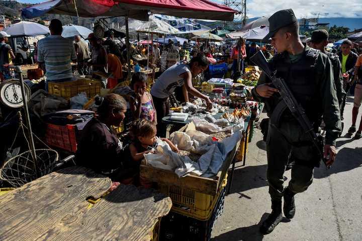 Maduro saca a los militares a controlar precios en mercados de Venezuela