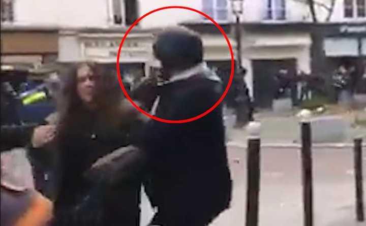 El guardaespaldas de Macron filmado en otra agresión, esta vez a una joven manifestante