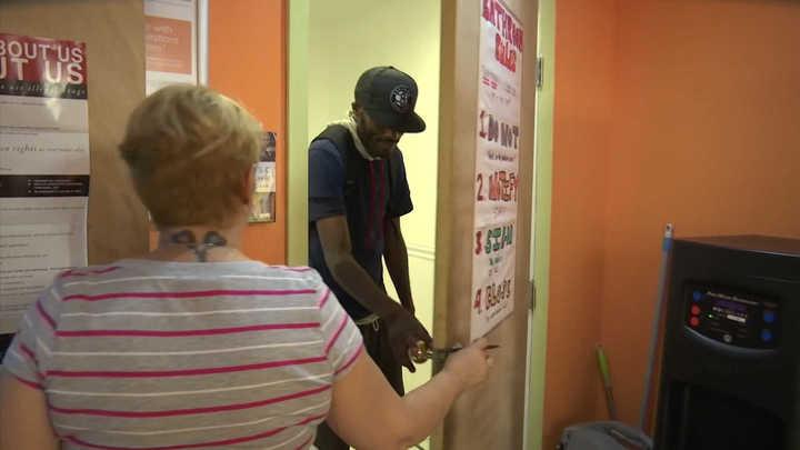 Así son los baños de inyecciones seguras para consumidores de drogas en Nueva York