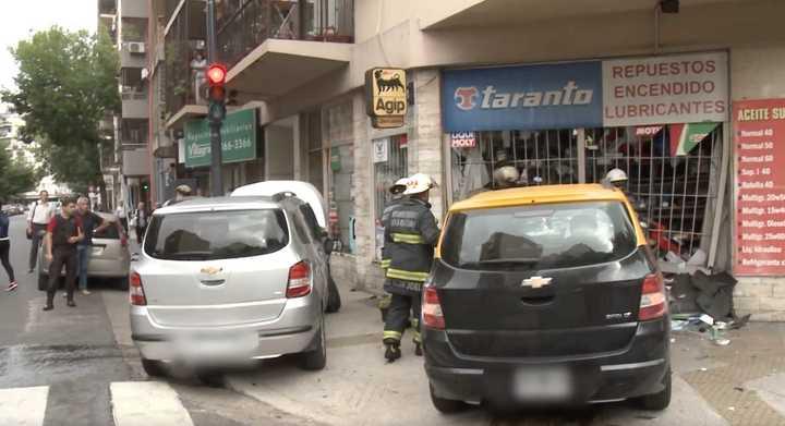 Un taxista escapaba de un choque y terminó arriba de la vereda en Almagro