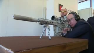 Vladimir Putin probó un rifle Kalashnikov que usan los francotiradores