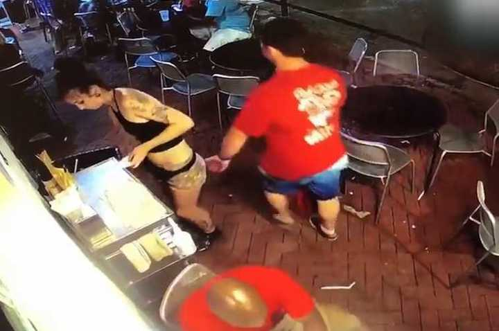 La reacción de una chica contra un hombre que le tocó la cola