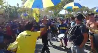 Los hinchas de Boca, en caravana rumbo al Camp Nou