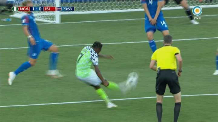Nigeria 2 - Islandia 0. El tiro de Nigeria pegó en el travesaño - Mundial Rusia 2018