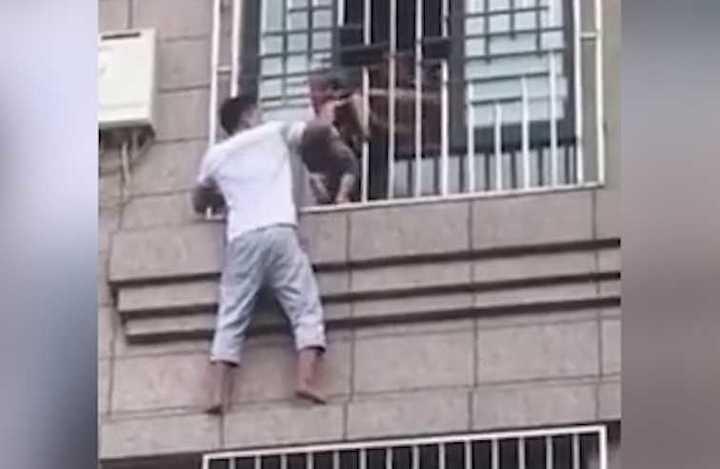 Se treparon a un edificio para salvar a un nene