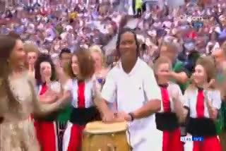 Ronaldinho le puso ritmo en la ceremonia previa a la final