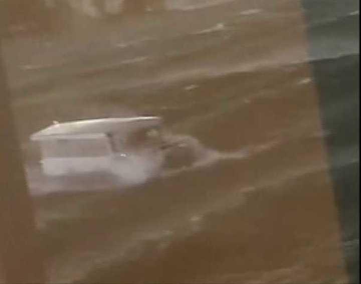 17 muertos al naufragar un bote anfibio en Table Rock Lake , Missouri, EE.UU, en el video uno de los dos barcos que pudo llegar a la costa.