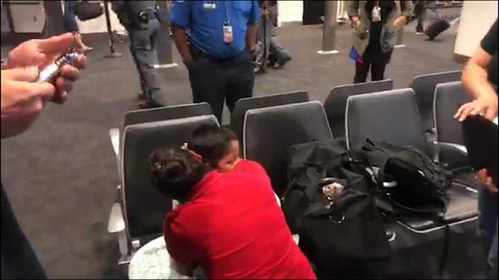 Un abrazo interminable: así reacciona una mamá migrante al reencontrarse con su hijo