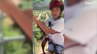 El cuidador del juego asusta a un nene antes de tirarse de una tirolesa