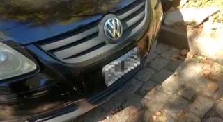 La pareja detenida por marcar casas, en el auto.