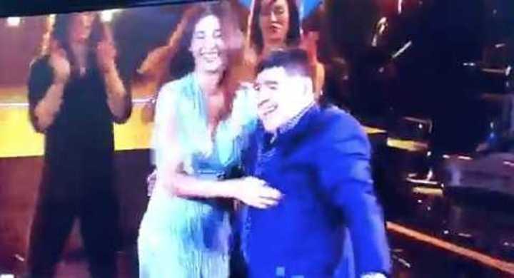 Diego Maradona y Belén Rodríguez bailando en la TV italiana.