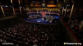 Patti Smith canta una emotiva versión de A Hard Rain's Gonna Fall durante la entrega del Premio Nobel de Literatura a Bob Dylan.