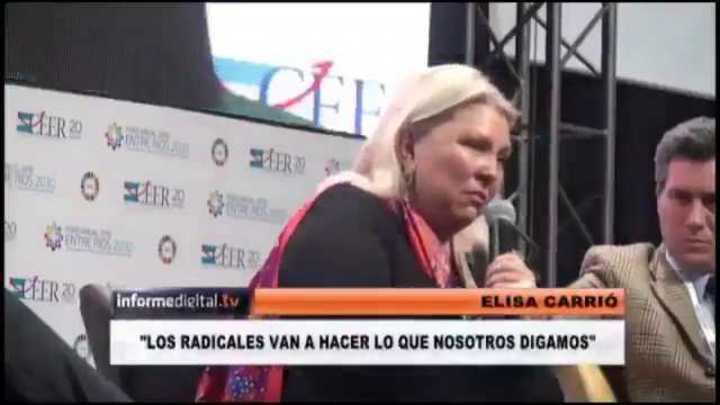 Elisa Carrió chicaneó a sus socios radicales en una charla del foro empresarial en Paraná.