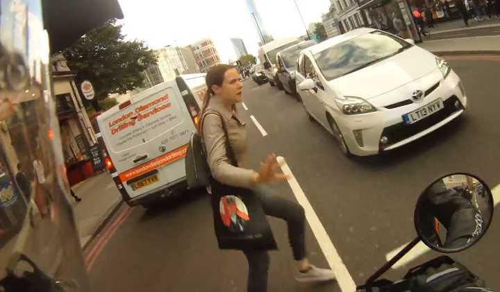 Cruzó por el medio de la calle y la atropelló una moto