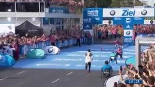 Eliud Kipchoge cruza la meta en Berlín 2018