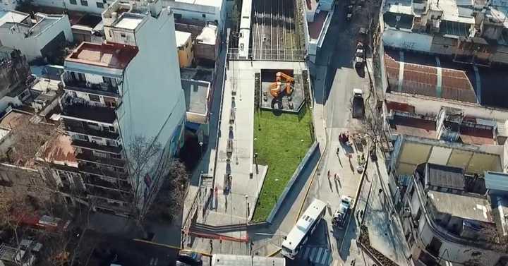 La nueva plaza sobre las vías del tren Sarmiento