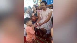 """""""Tailandia: un padre sorprendió a su hijo vestido de mujer por el Día de la Madre""""."""
