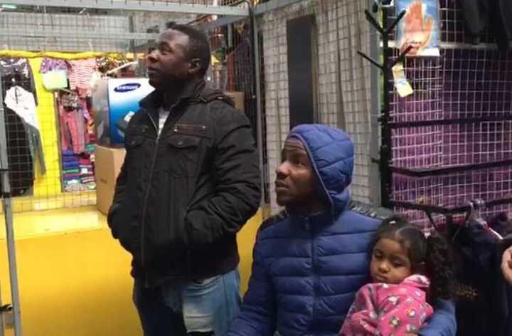 Nigerianos mirando el partido contra Islandia en Buenos Aires