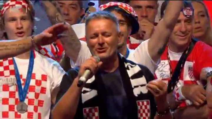 Marko Perkovic Thompson canta junto a los subcampeones del mundo.