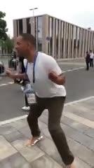 Will Smith afuera del estadio en Moscú antes de la ceremonia de clausura. (@grislu)