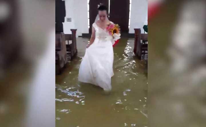 La novia que emocionó en las redes: La iglesia estaba inundada y tuvo que llegar en bote, pero se casó igual