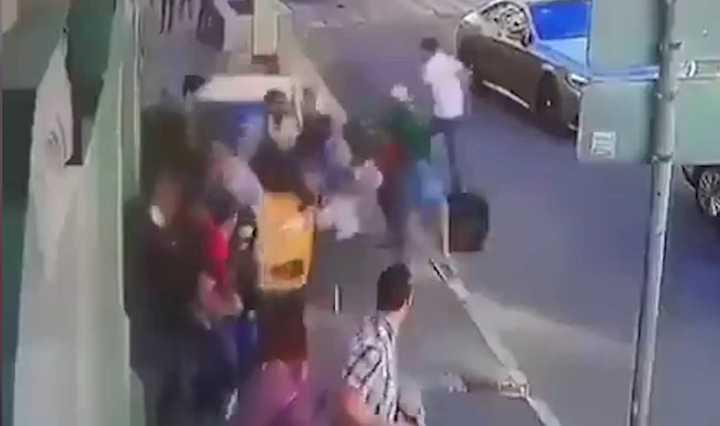 El momento en el que un taxi atropelló a una multitud de peatones en Moscú