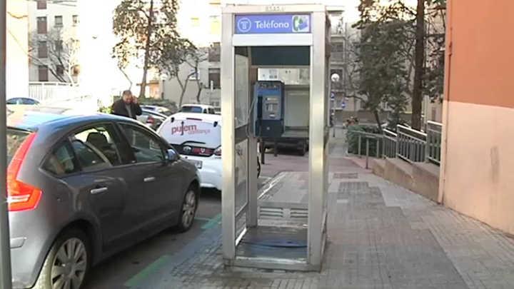 La última cabina telefónica de Barcelona, un ícono que sobrevivirá por pedido de los vecinos