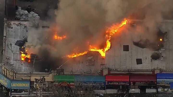 Fuego en una zona comercial en el Bronx, Nueva York