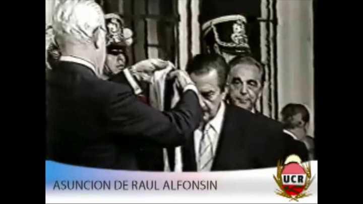 El día que Alfonsín asumió como Presidente y Bignone le puso la banda presidencial