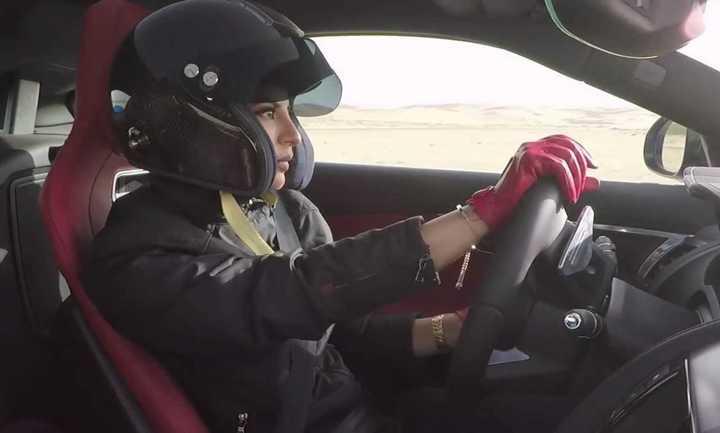 Aseel Al-Hamad conduciendo en Arabia Saudita