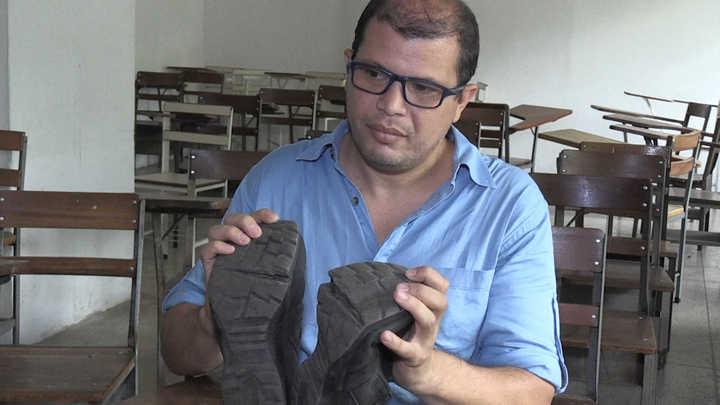 profesor venezolano y sus zapatos rotos