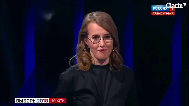 Candidata rusa arroja vaso con agua a contrincante.