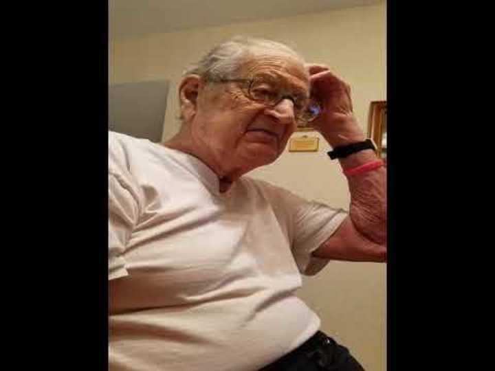 La reacción de un abuelo al recordar su edad