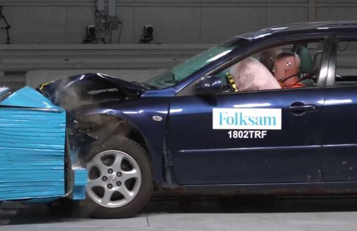 Pruebas de choque con un Mazda 6 con signos de corrosión