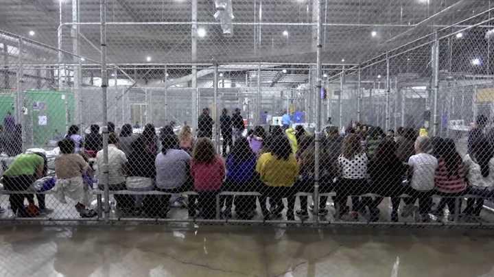 Cientos de niños migrantes aguardan en instalación de Texas
