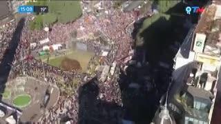 Dirigentes opositores, junto a una importante cantidad de personas, protestan en el Obelisco contra el acuerdo con el FMI