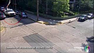 La peligrosa maniobra fue captada por las cámaras de seguridad