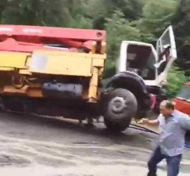 """Turquía: El impactante momento en que un arroyo desbordado se """"devora"""" un camión"""