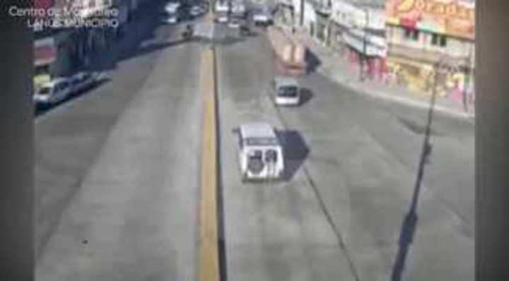 Un camión se incrustó en un kiosco en Lanus