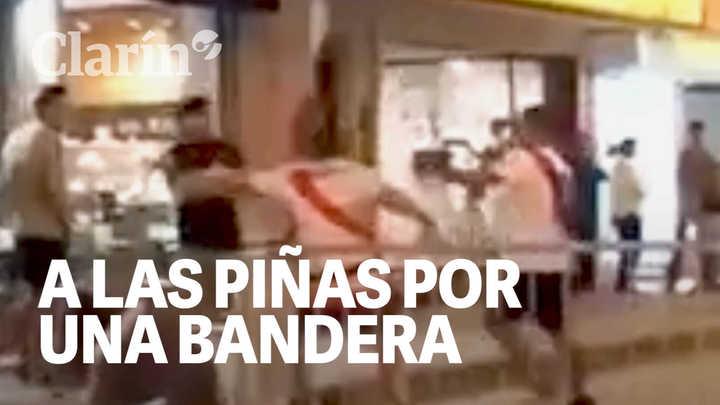 Video: el choque violento entre hinchas de River y Boca por una bandera, después del Superclásico