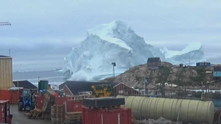 Así se mueve un iceberg de 100 metros de alto frente a un pueblo de Groenlandia