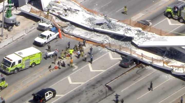 Un puente peatonal se derrumbó en Miami