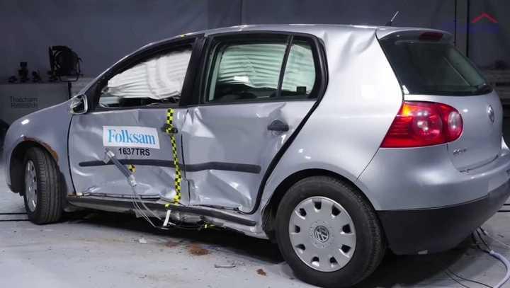 Pruebas de choque con un Volkswagen Golf con signos de corrosión